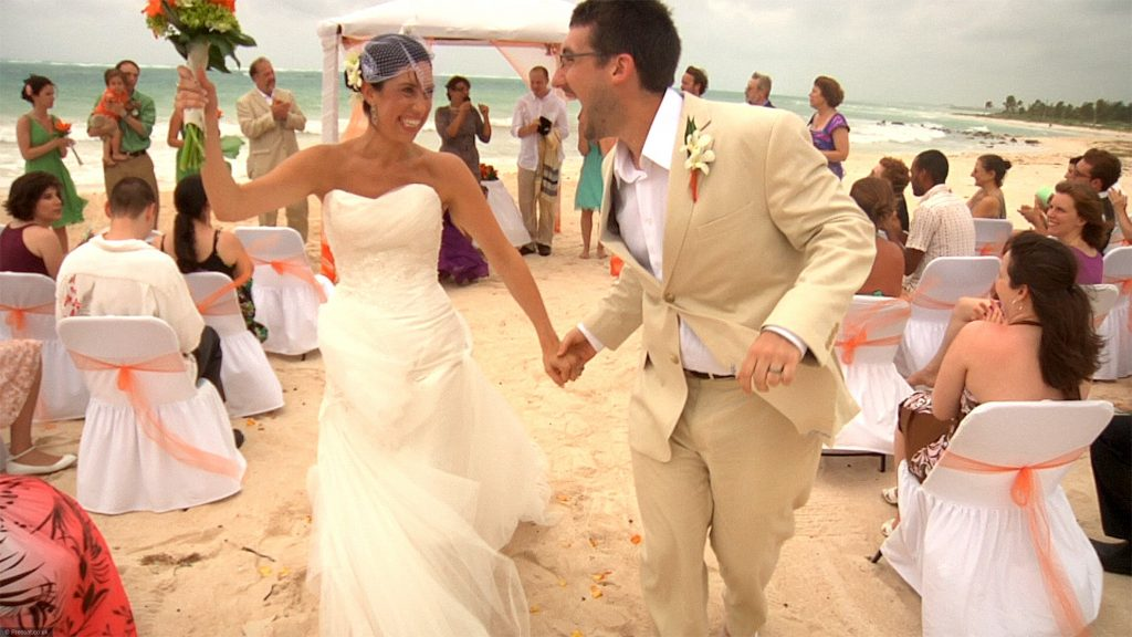 112 weddings beach scene